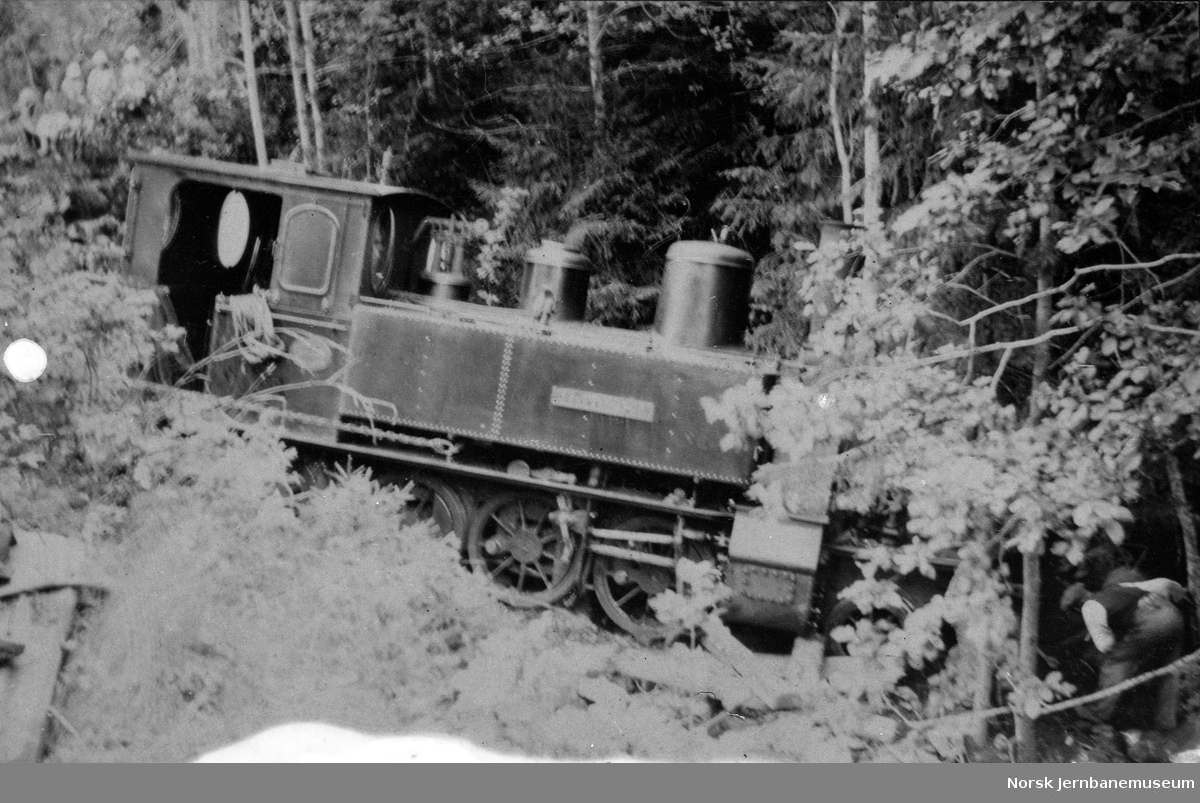 Lokomotiv nr. 2 etter avsporing i Leikåsskjæringen mellom Mossåsen og Kleppan stasjon
