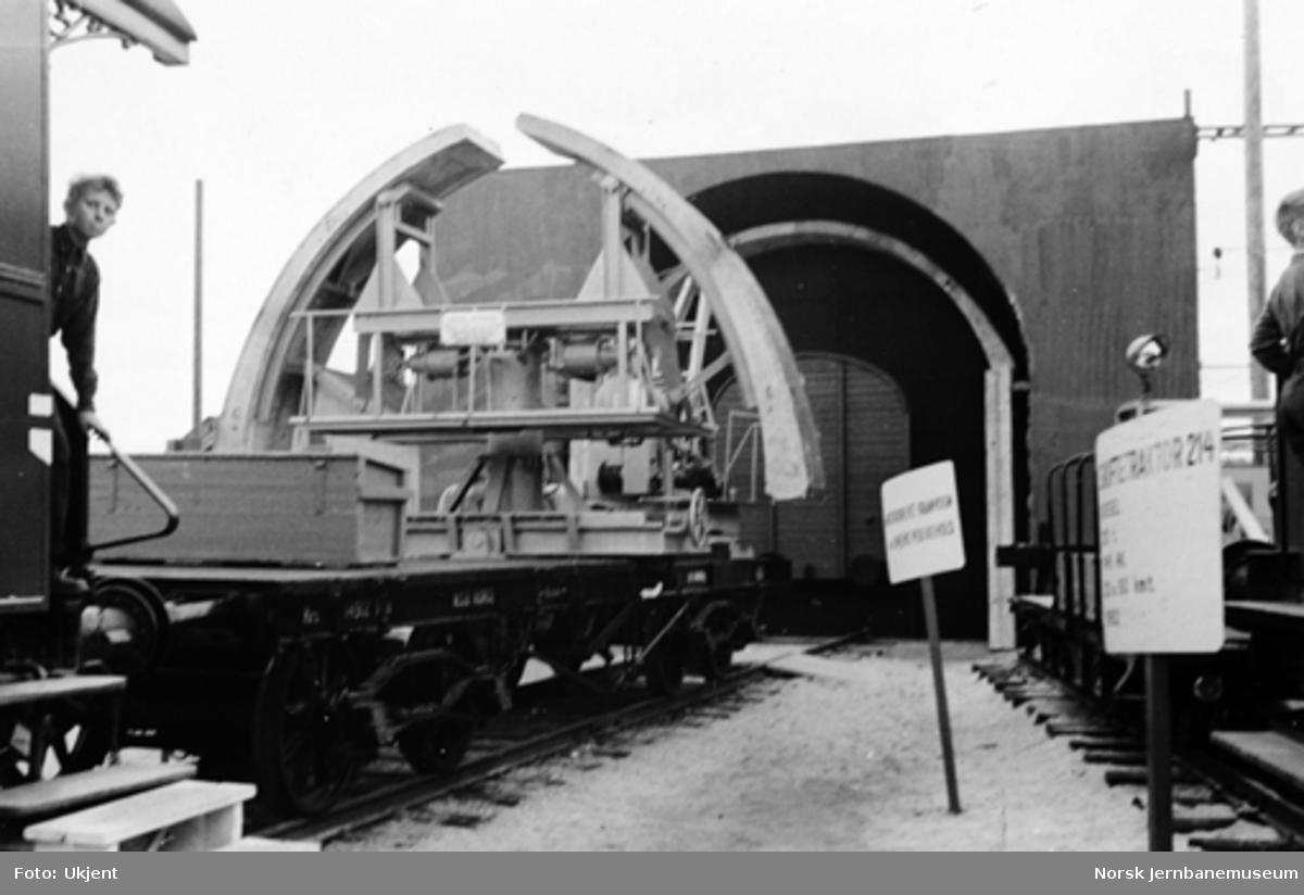 Godsvogn med utstyr for tunnelutmuring med støpte lameller på Jubileumsutstillingen