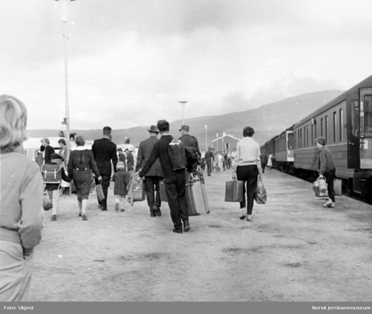 Reisende på Fauske stasjon