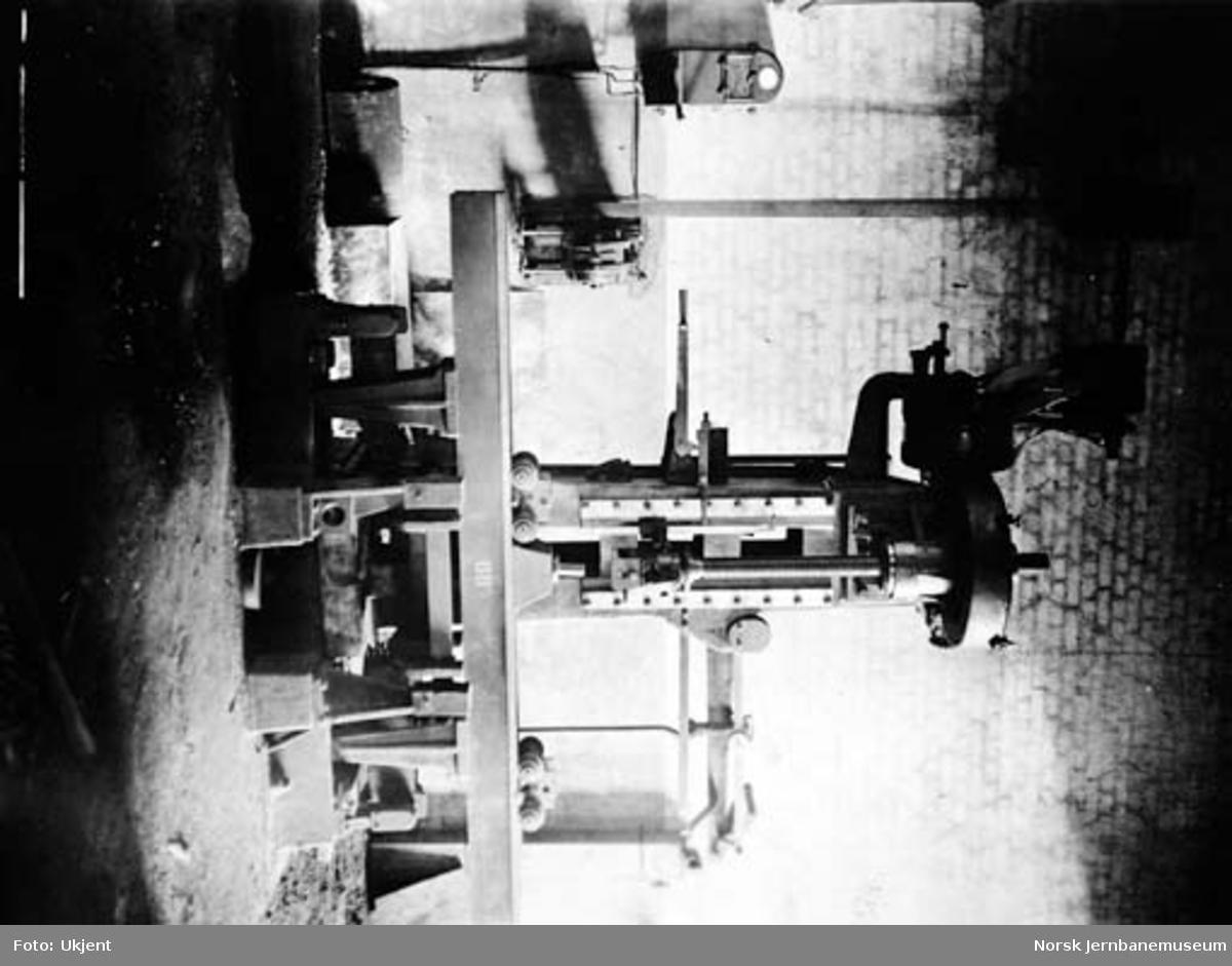 Verkstedet Sundland : 12 tonns fjærprøvemaskin i smien