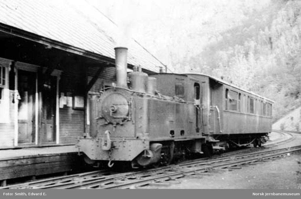 Sulitjelmabanens damplokomotiv ODIN foran persontog på Sjønstå stasjon