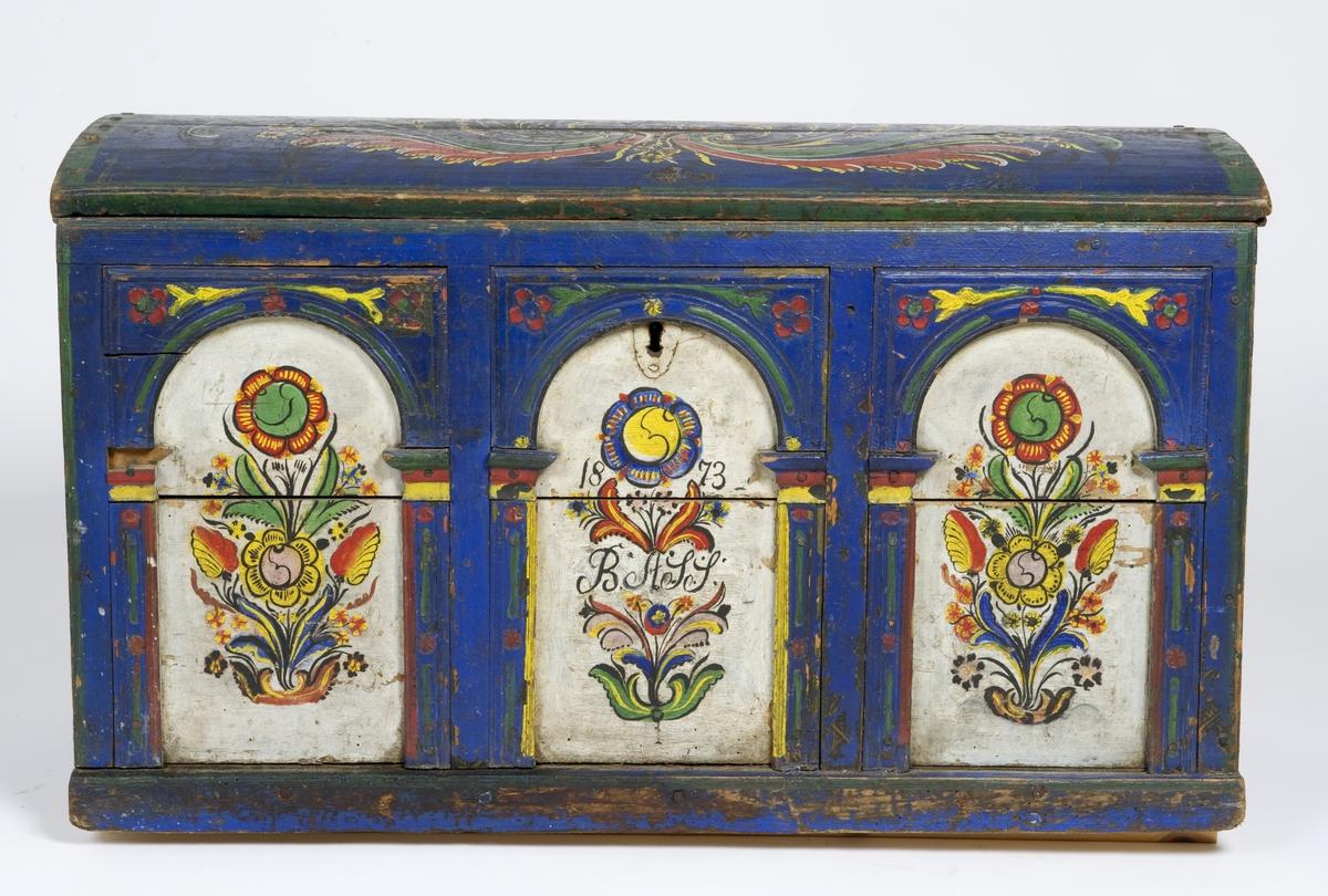 Kiste med buet lokk, rosemalt lokk og front. Fronten har tre arkader. innvendig umalt og merker etter leddik.