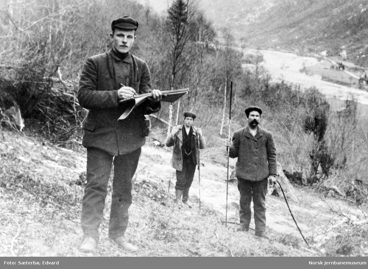 Stikningsarbeid på Raumabanen, i Øverdalen ca 1911