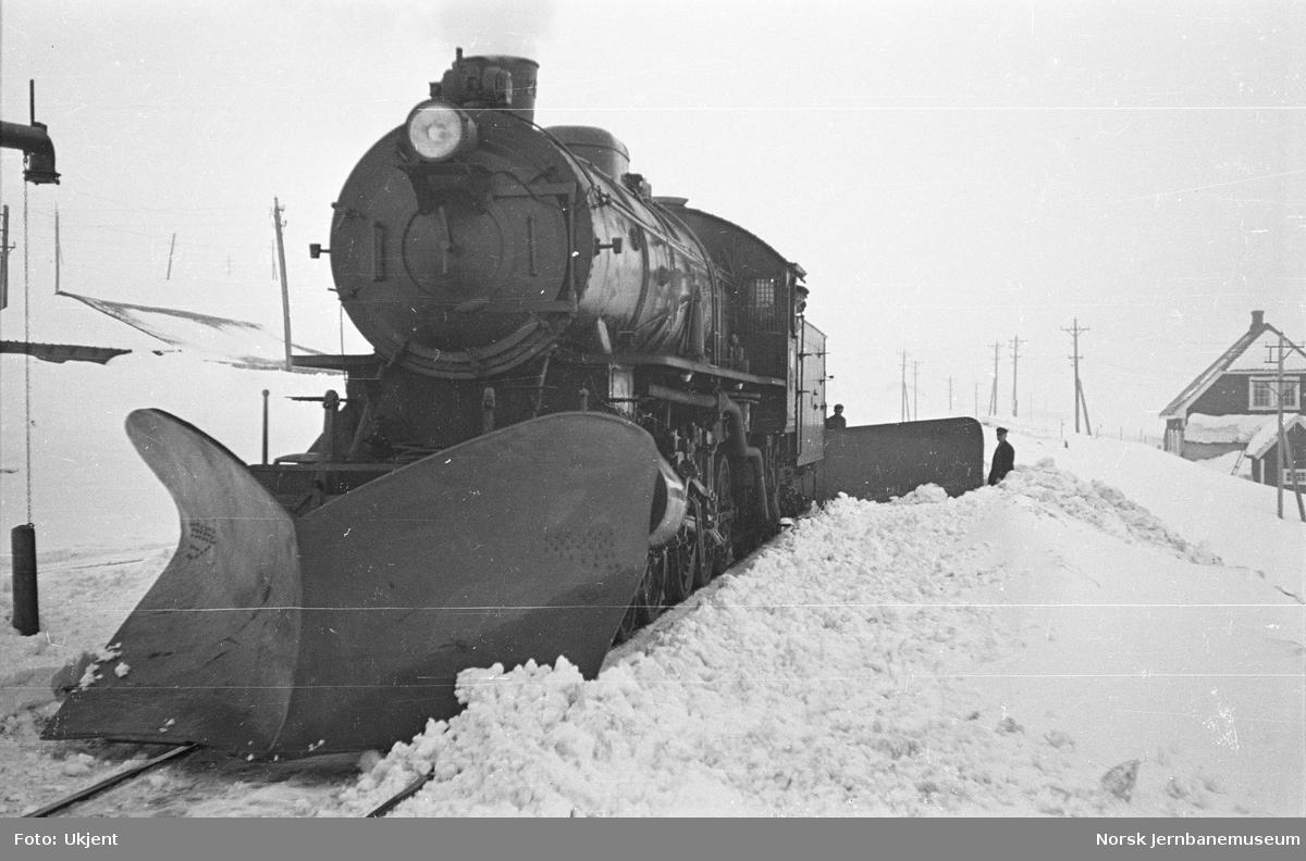 Damplokomotiv type 31a med stor frontplog og snøskrape, trolig på Finse stasjon