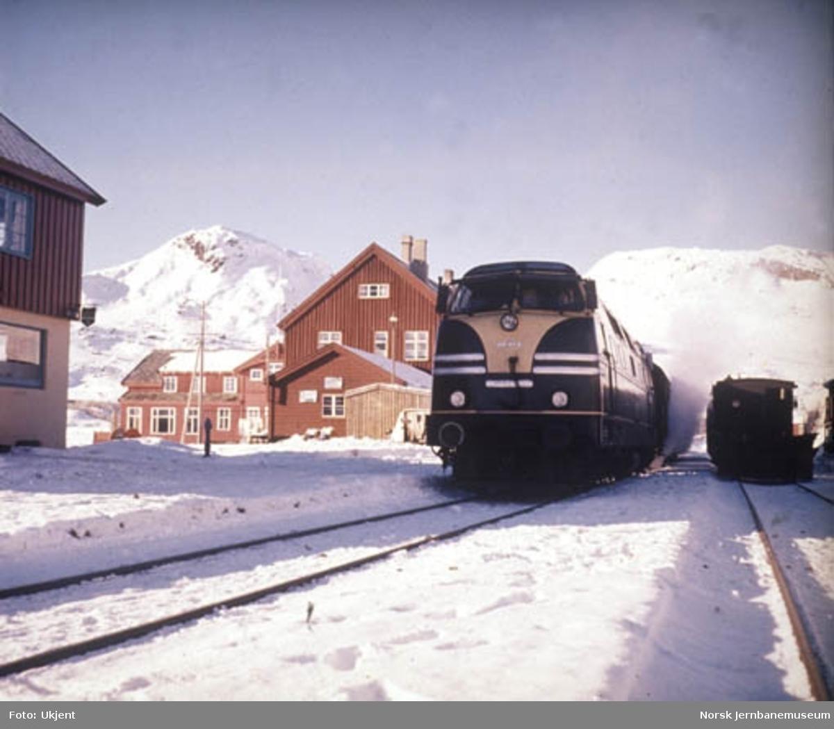 Deutz prøvelokomotiv foran tog på Finse stasjon