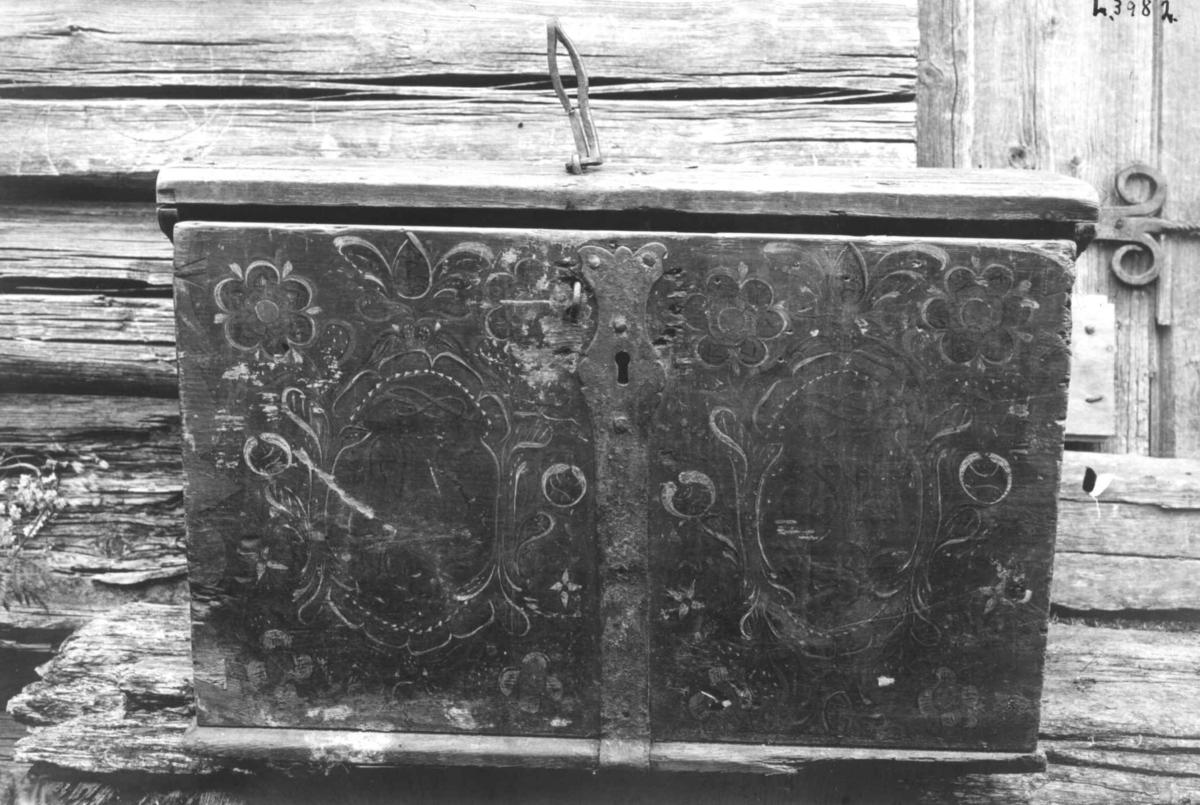 """Kiste fra Nerhus gård. Jørdalsbø, Bygland i Aust-Agder. Innskrift: """"OSSH 1818"""". Antakelig malt av Torgrim Olsson Knaben, Fjotland, Vest-Agder."""
