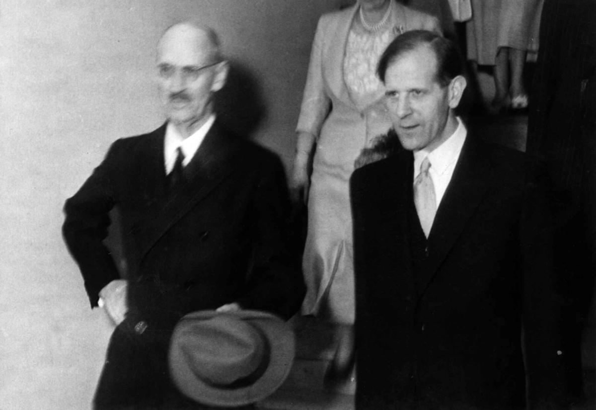 """Åpning av utstillingen """"Daglig liv i Oslo gjennom 400 år"""". Direktør Kjellberg viser Kong Haakon vei til utstillingen, 14. mai 1950."""