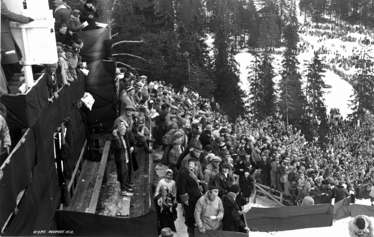 Ski. Hopprenn. Holmenkollen, Oslo 1934. Oversiktsbilde over publikumstribunen. Utsyn mot sletta .