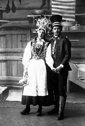 Studiofotografi av mann og kvinne med brudedrakter. Kvinnen