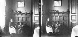 Interiør, familiemedlemmer, Margrethe og Karen Q. Wiborg, Os