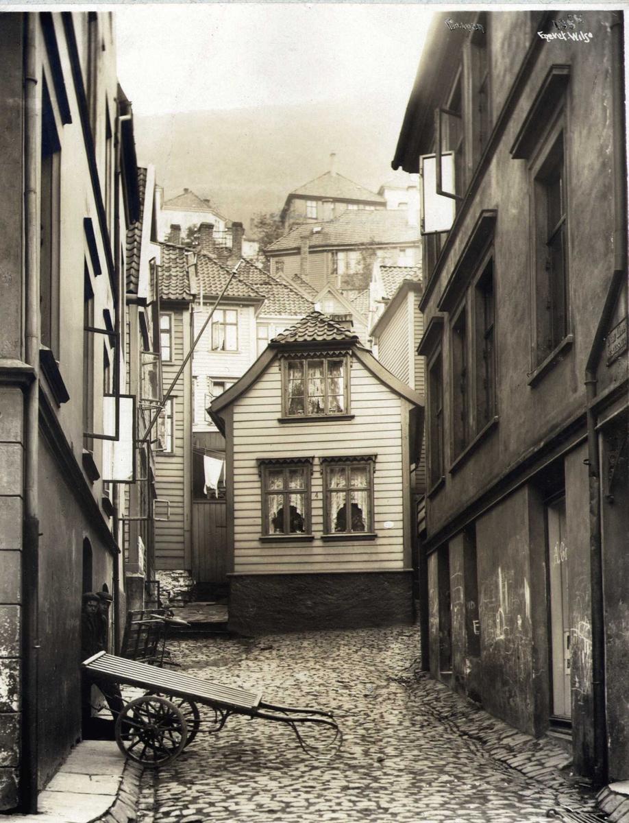 Gateparti med trehusbebyggelse, Bergen, Hordaland. Fotografert 1912.