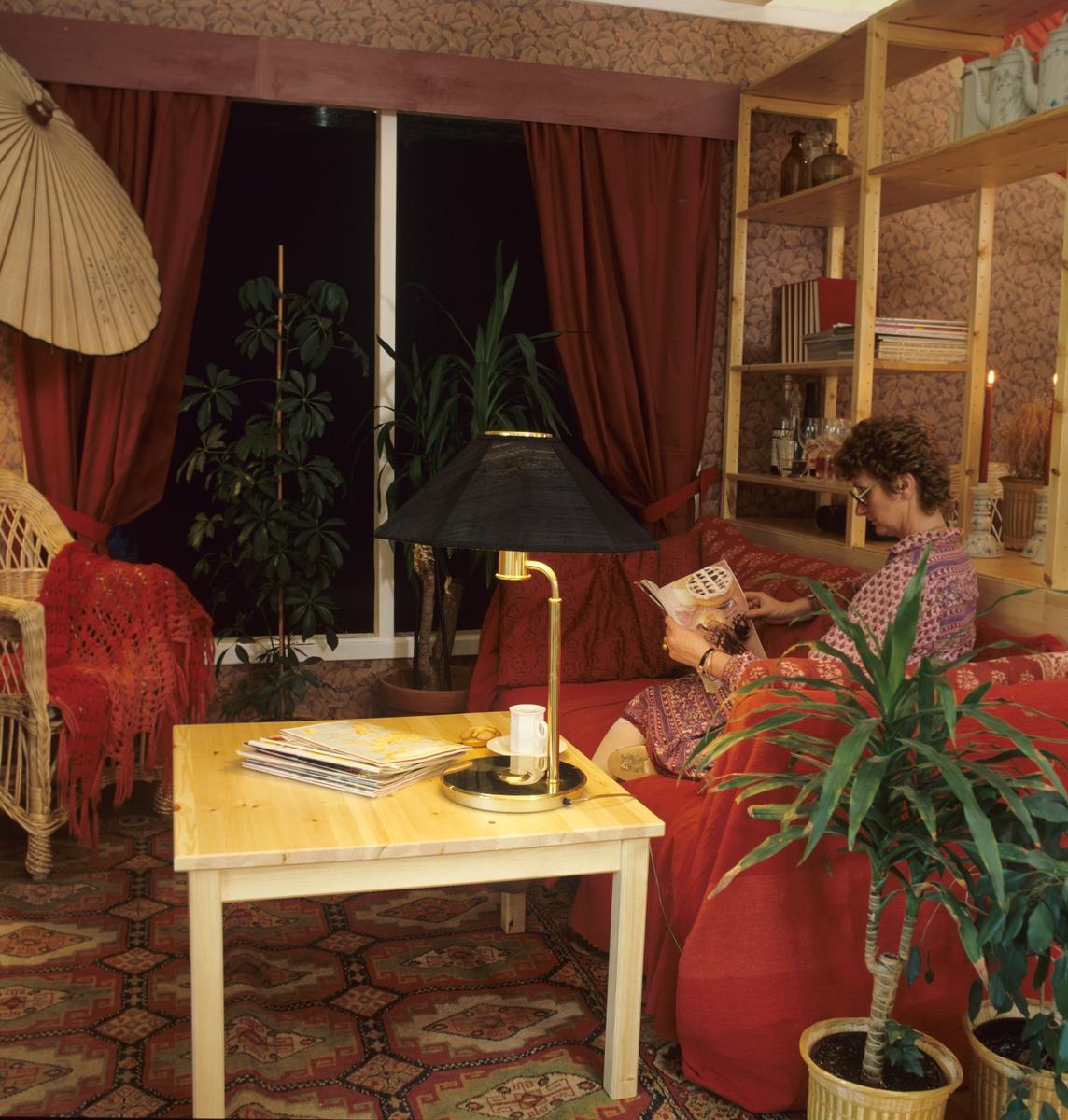 Lesekrok med sofa, bord og kurvstol. Illustrasjonsbilde fra Bonytt 1983.