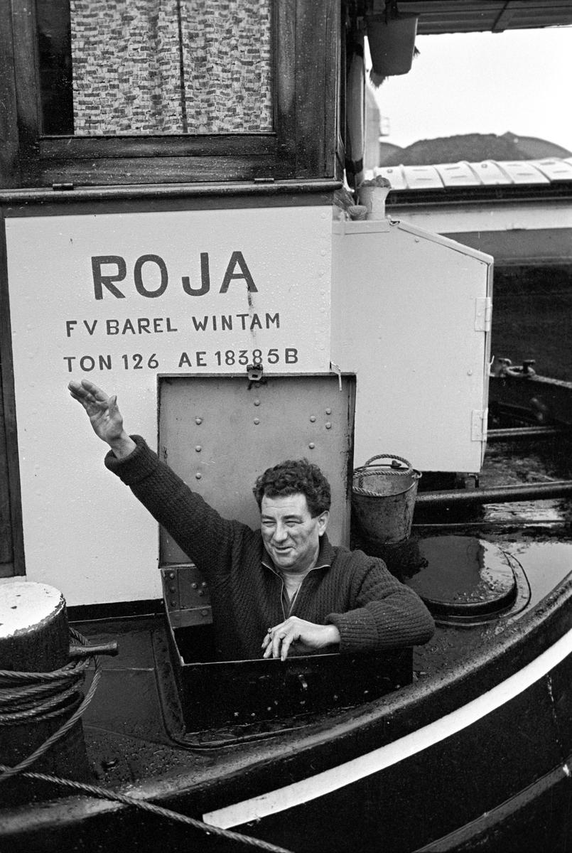 Serie. Havnekneiper, havneområde, sluser og lektere, Antwerpen, Belgia Fotografert 1965.