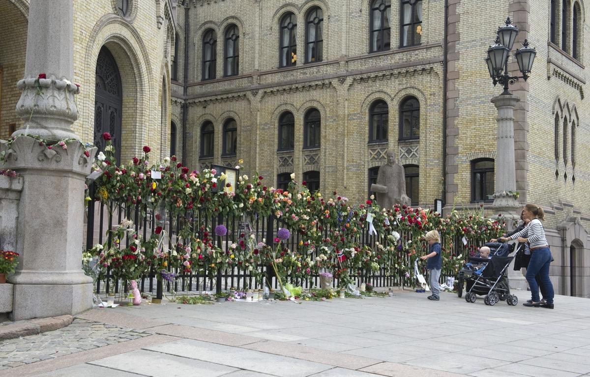 """""""Sorg i det offentlige rom"""". Blomster, lys og hilsener utenfor Stortinget."""