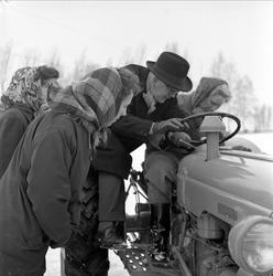 Representanter fra Norges Bondekvinnelag prøver traktorkjøri