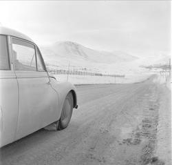 Hjerkinn fjellstue, bil på veien, Dovre, Hjerkinn, mars 1959