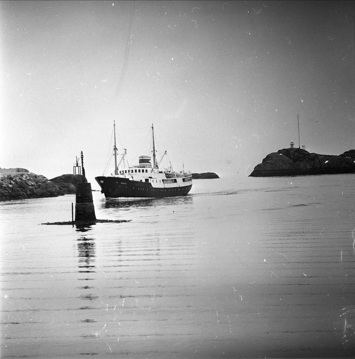 Vardø, Finnmark, april 1963. Båt og sjømerke.