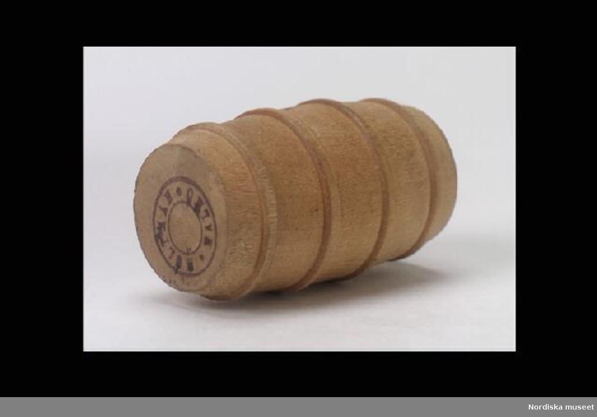 """Inventering Sesam 1996-1999: H 4,9   Diam 3,0 (cm) Tunna (a), till dockskåp, av trä, rund bukig med två platta bottnar, fyra imiterade träband. Under ena bottnen tryckt stämpel i grått; """"HOLTMAN MALMÖ"""". Tillhör dockskåp 219.377 (köket). Har brukats av frk Greta af Billbergh, f. 1889, dotter till ingenjör Otto af Billbergh och hans fru Hildur, f. Levin. Bilaga b saknas vid inventering 1997 Charlotta Dobson Hoffman nov 1997"""