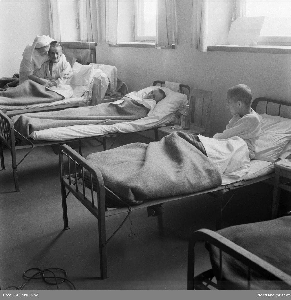 Flyktingar. Folke Bernadottes expedition med de Vita bussarna. Ankomst till Sverige via Helsingborg och Malmö. Sängliggande kvinnor i sjuksal.