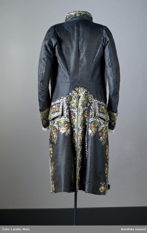 Mansdräkt med rock och väst i broderat siden. Tillverkad i Frankrike omkring 1785. Har burits av Axel von Fersen d.y. Nordiska museet inv nr 154745.
