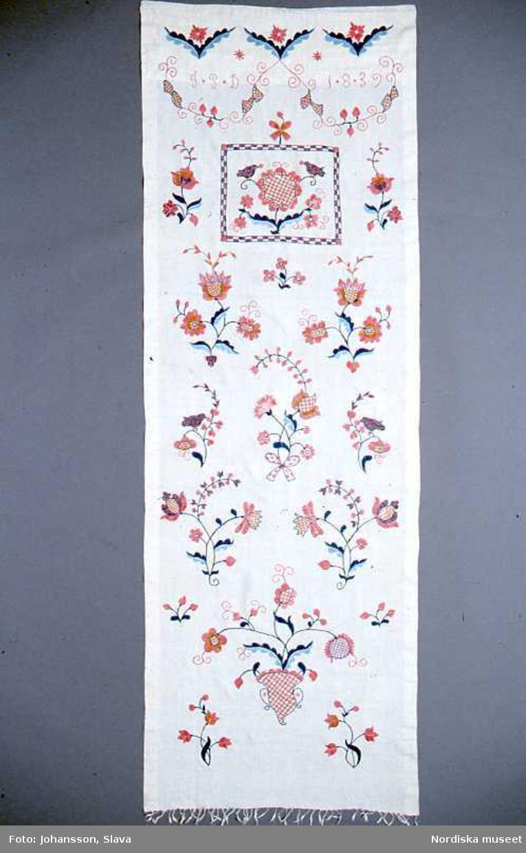 Broderat hängkläde från 1839.