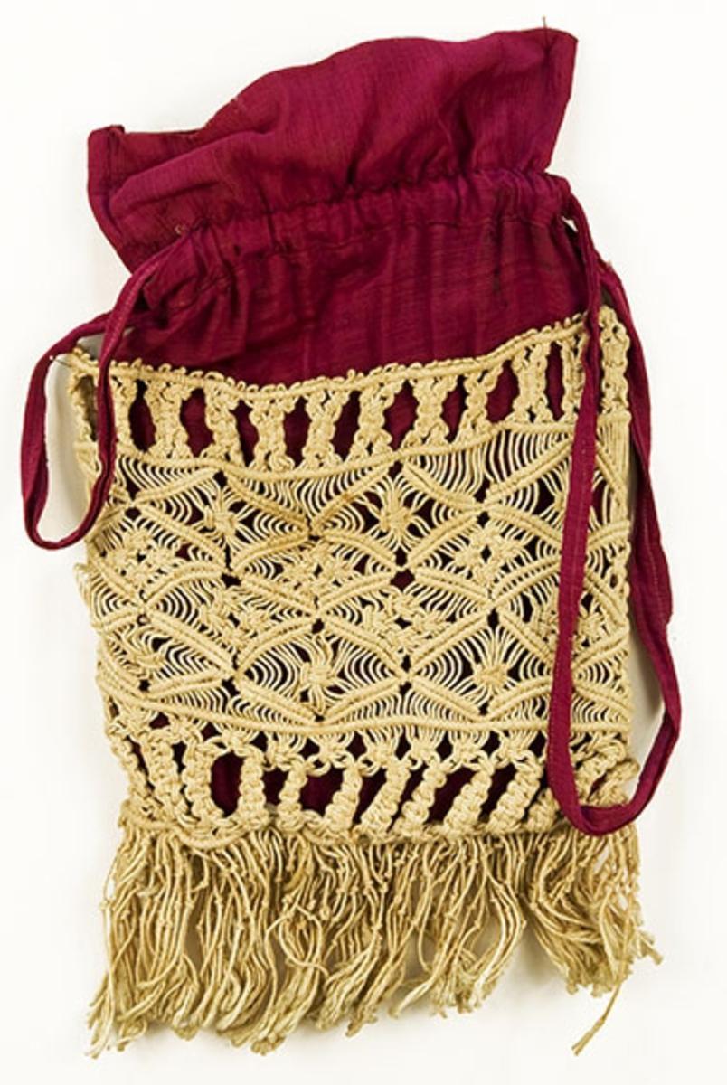 Ripsvevet, maskinsydd pose med strammebånd som også fungerer som håndtak. Stort makramearbeid med frynser på siden.