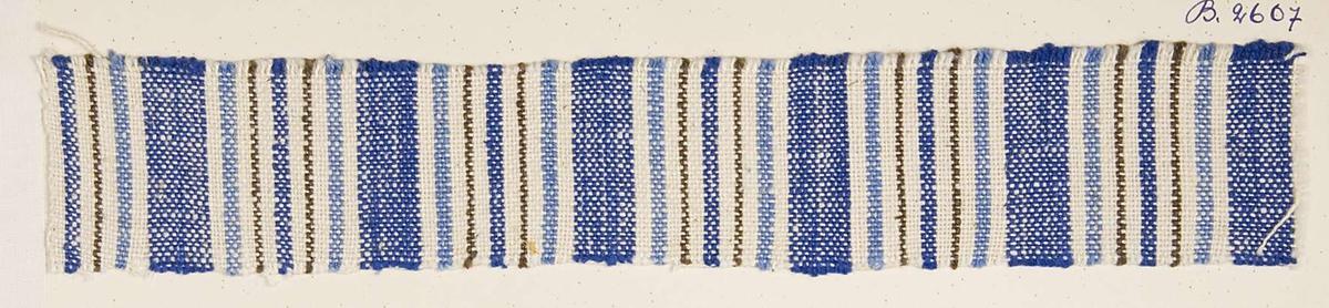 """Vävprov ämnat för möbeltyg vävt med cottolin, randigt i blått och vitt. Vävprovet har nummer """"B-2607""""."""