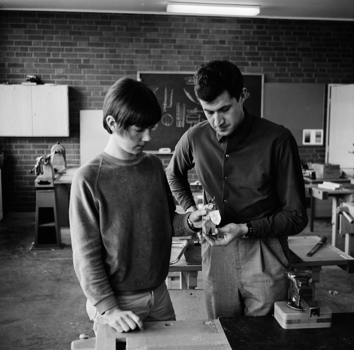Slöjdundervisning, sannolikt Tierp, Uppland, april 1968