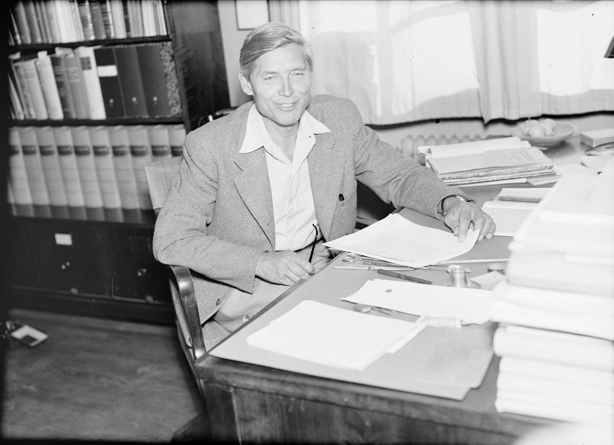 Professor The Svedberg vid skrivbord, Uppsala 1944