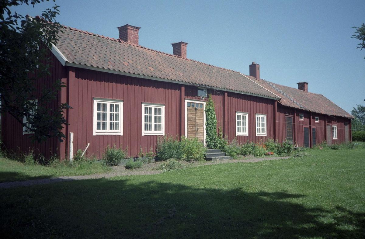 Parstuga med vidbyggd bodlänga, Skuttunge by, Skuttunge socken, Uppland 1995