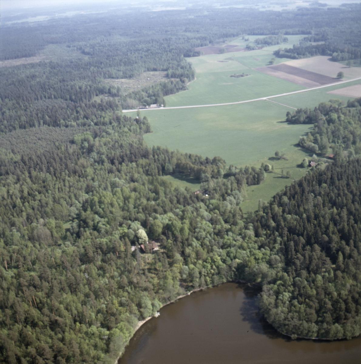 Vy över Djupviken, Åsen och Sand vid Mälaren i Alsike socken, Uppland juni 1989
