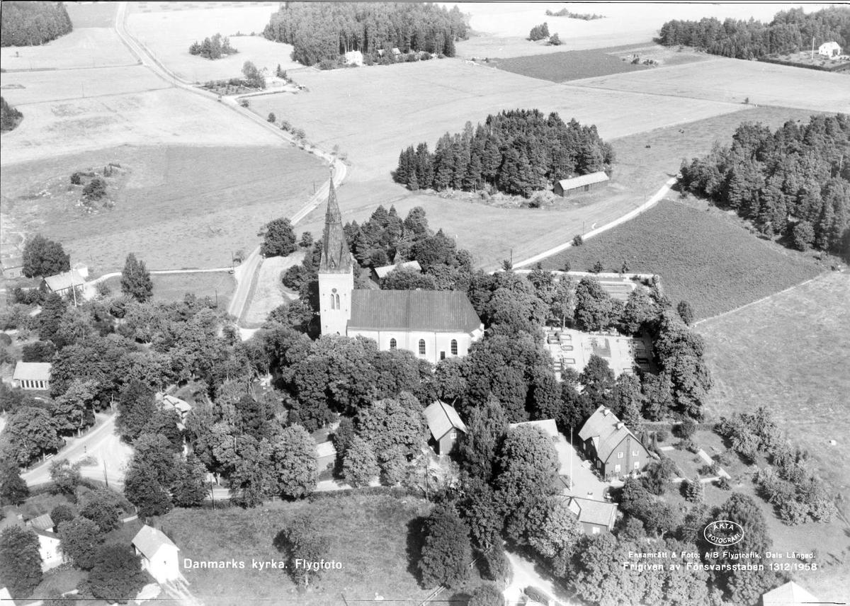 Flygfoto över Danmarks kyrka, Danmarks socken, Uppland 1958