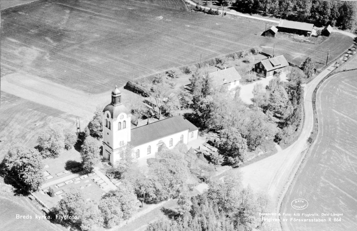 Flygfoto över Breds kyrka, Bred socken, Uppland 1955