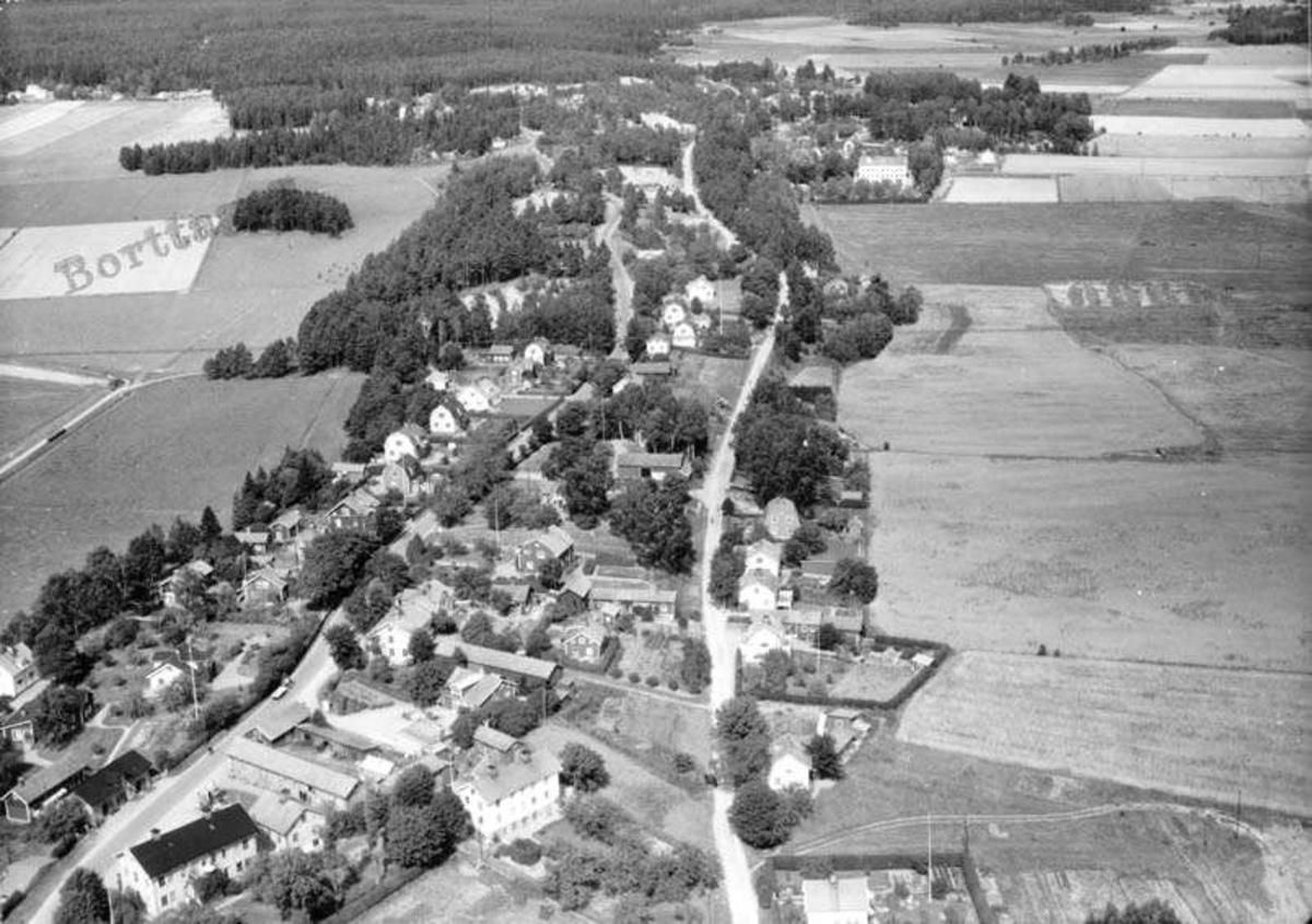 Flygfoto över Heby, Västerlövsta socken, Uppland år 1950
