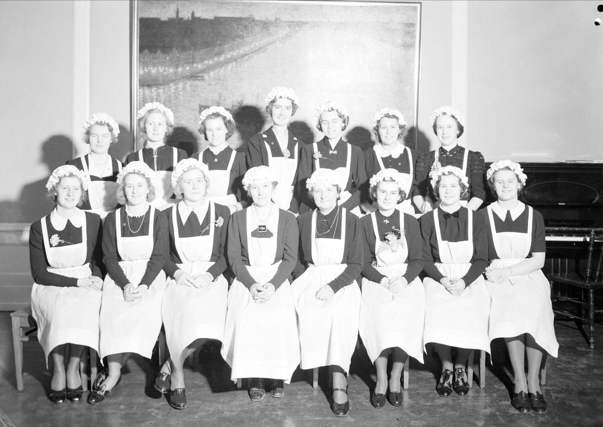 Grupporträtt - deltagare i avgångskurs på Fackskolan för huslig ekonomi, Uppsala 1939