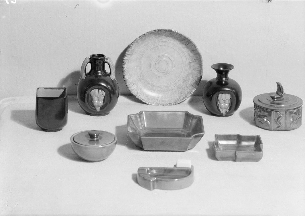 Vaser, fat och burkar med lock av keramik från Upsala-Ekeby AB, Uppsala