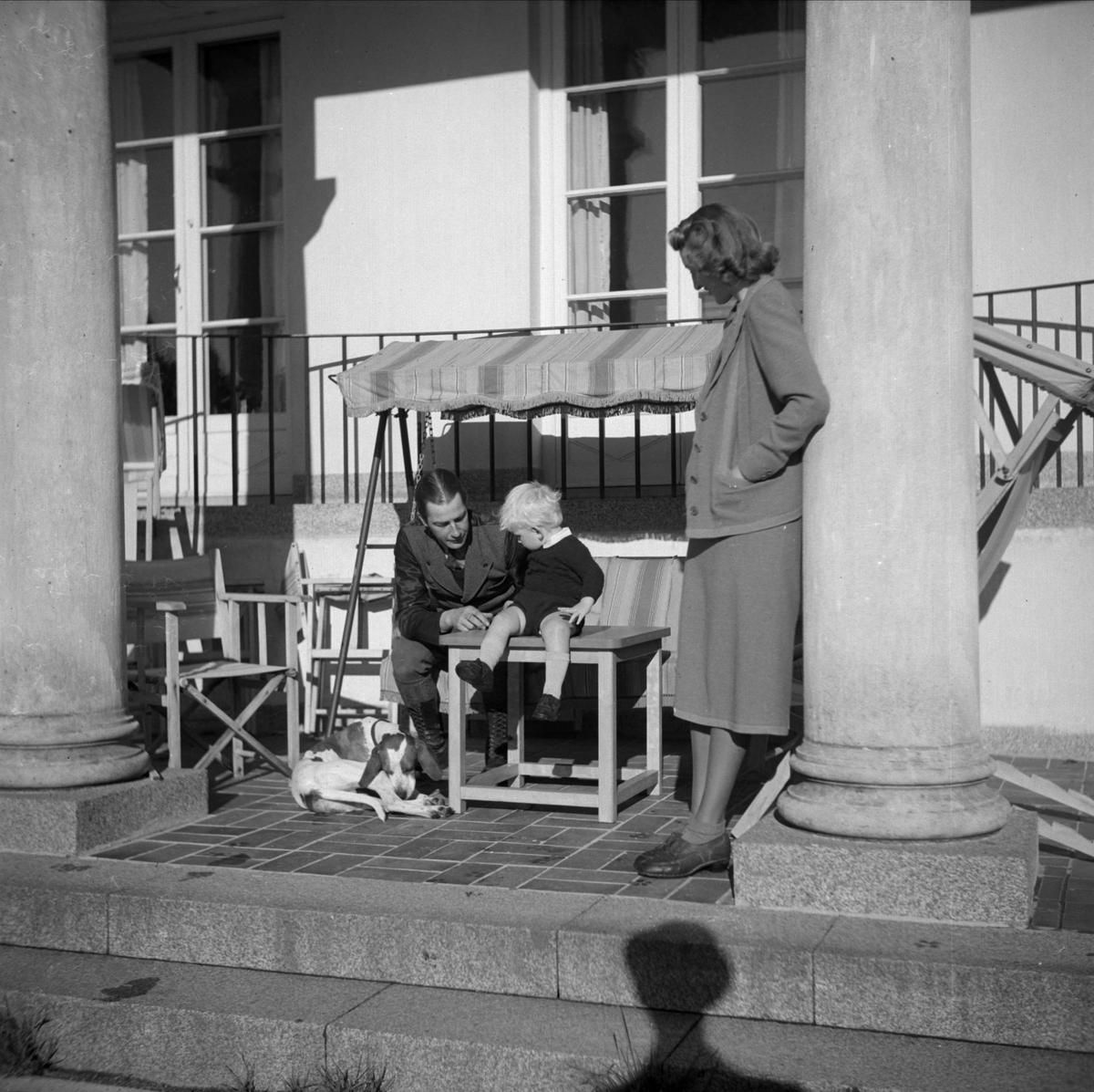 Kungliga Vattenfallsstyrelsen - familj med hund ute på terrassen, sommaren 1937