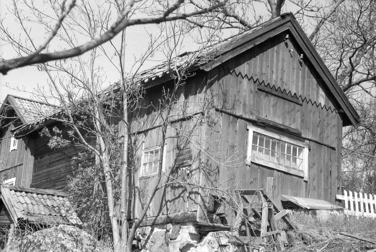 Bod med jordkällare och före detta hönshus, Spånghagen, Grindtorp, Lena socken, Uppland 1977