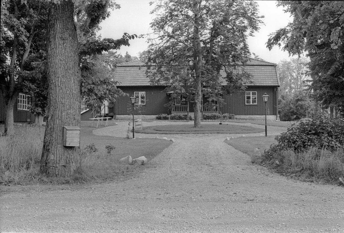 Vy från väster över Vattholma 5:9, Vattholma, Lena socken, Uppland 1978