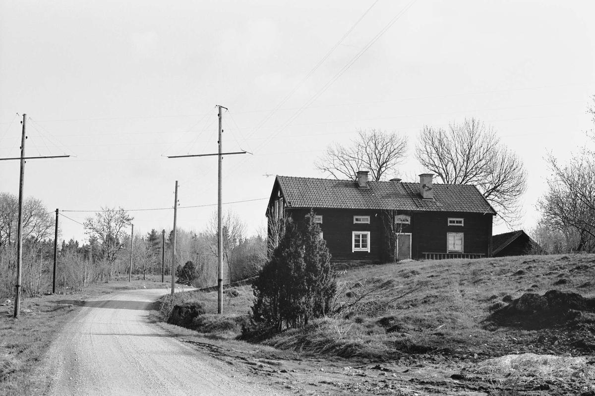 Parstuga i två våningar och byväg i Borggårde, Hökhuvuds socken, Uppland 1974