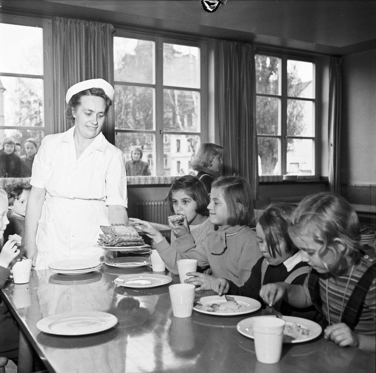 Skolbespisning i Nannaskolan, Kungsgatan, Uppsala 1952