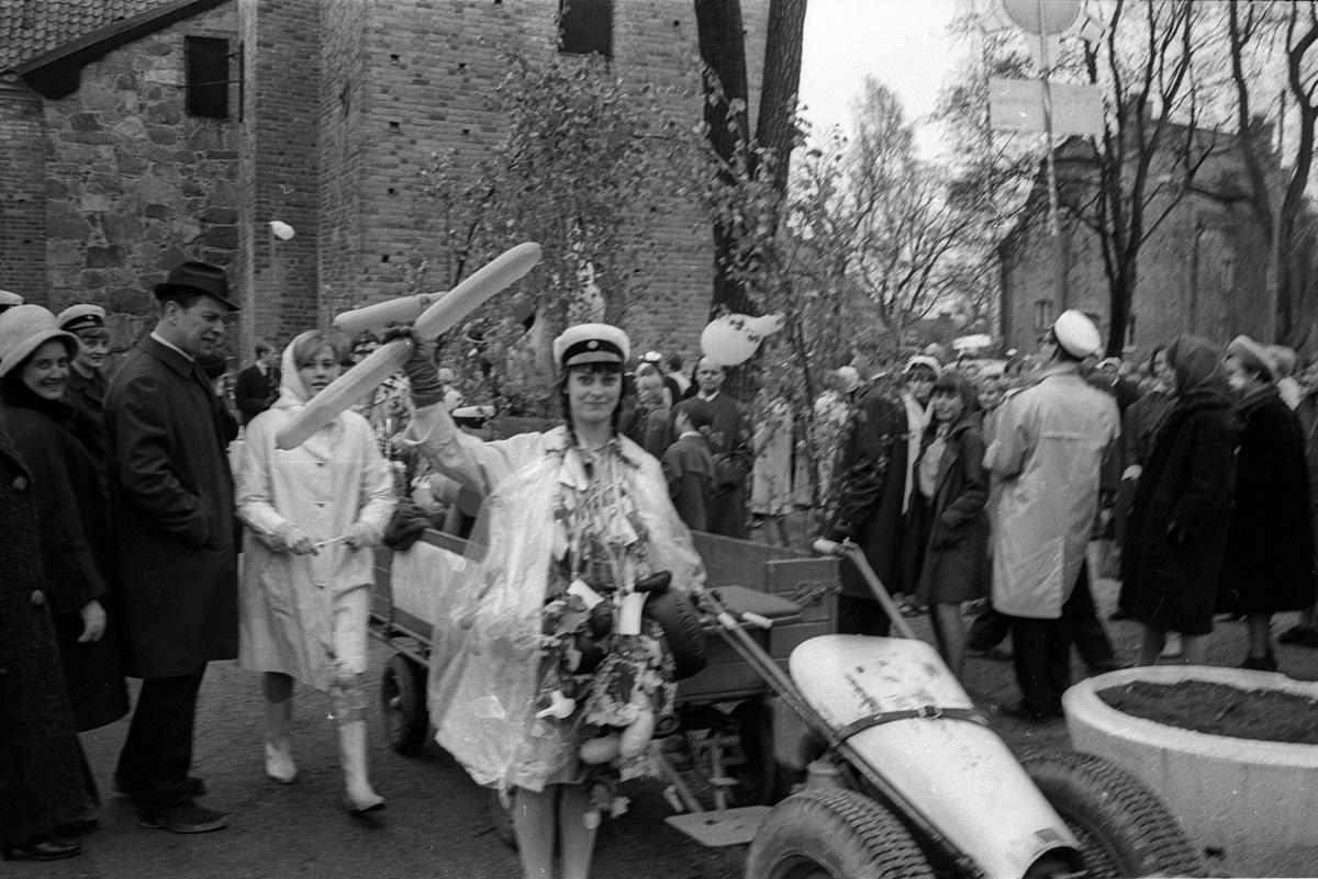 Annika Laufors tar studentexamen, Uppsala april 1966