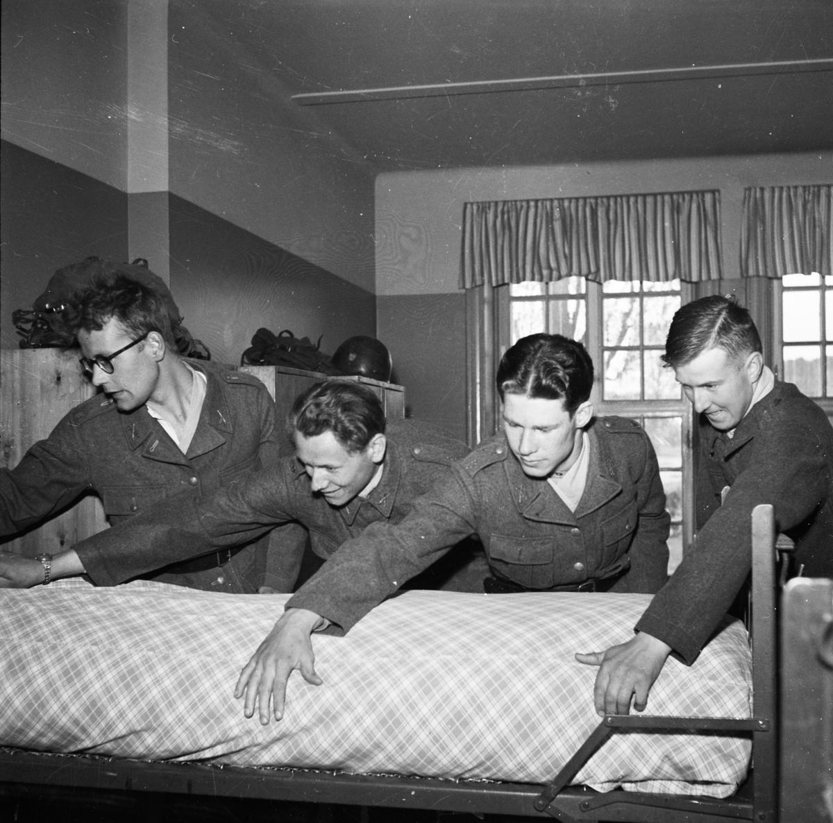 """""""Ny rekrytomgång på I8"""" - Upplands regemente, Uppsala maj 1952. Lars Bertil Bertilsson, Bert Lötstedt, Emil Stenius och Reidar Hagström bäddar säng"""