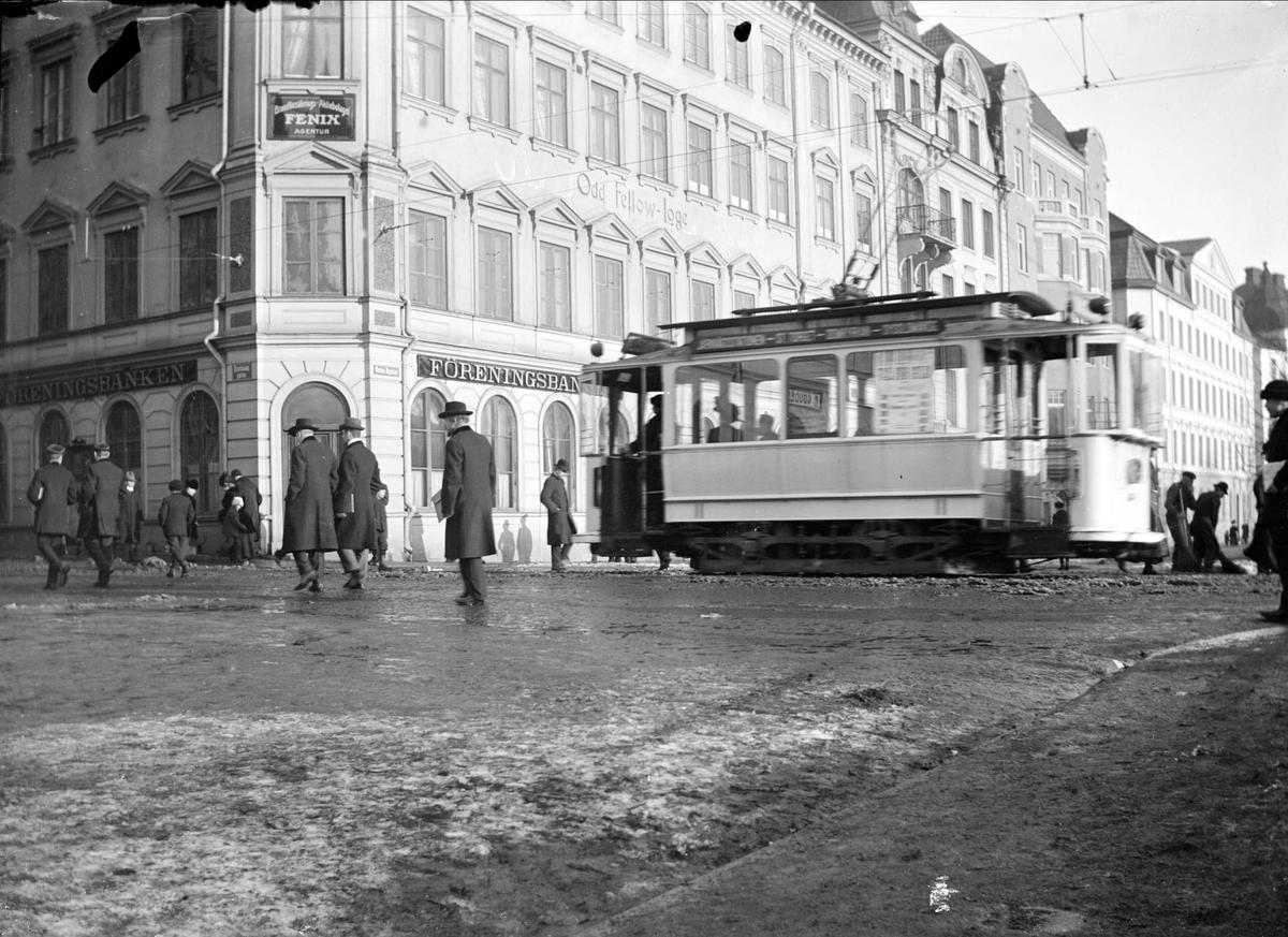 Spårvagn på väg mot Stora torget, Drottninggatan - Östra Ågatan, Uppsala