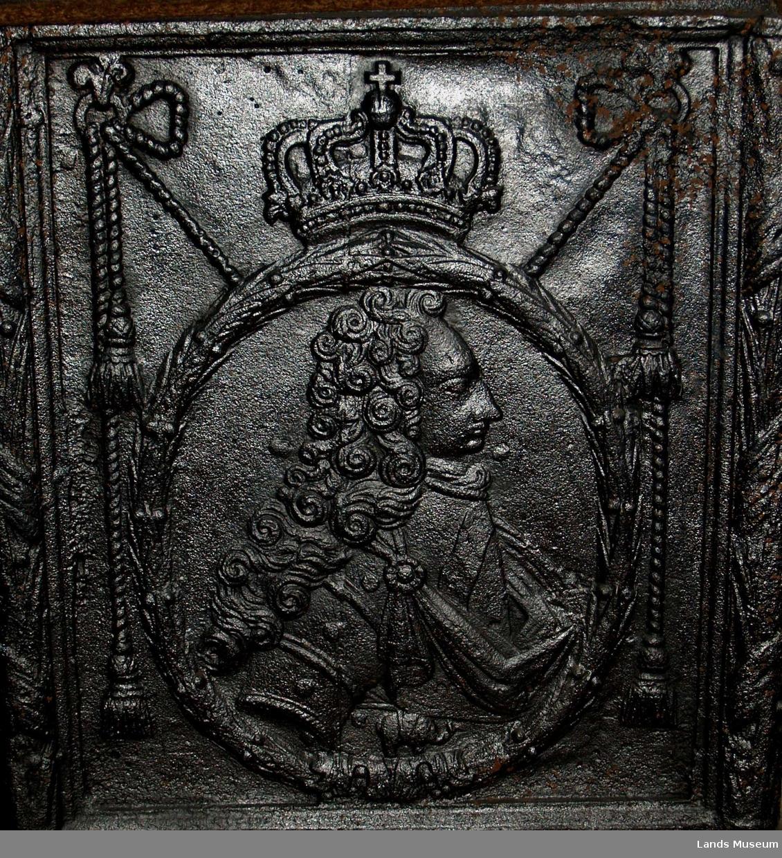 ovn, en etasje på fot. Motiv: En konge med krone.