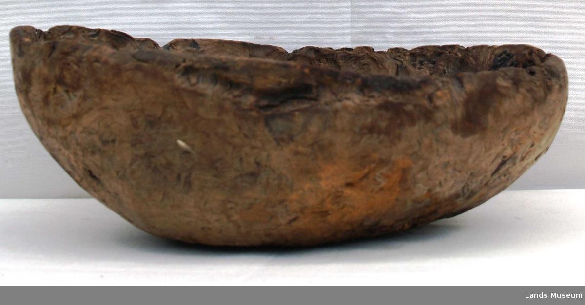 Kalles også Bjerkekåte, kan benyttes som fat. Har antakelig blitt brukt i ei smie. Har hull i bunnen.