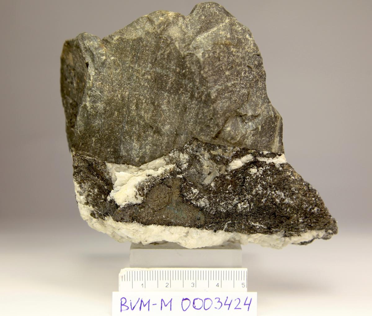 Sølv, rik, i kalsittåre inntil bergart. Hengsvann gruve, Chr. 7?