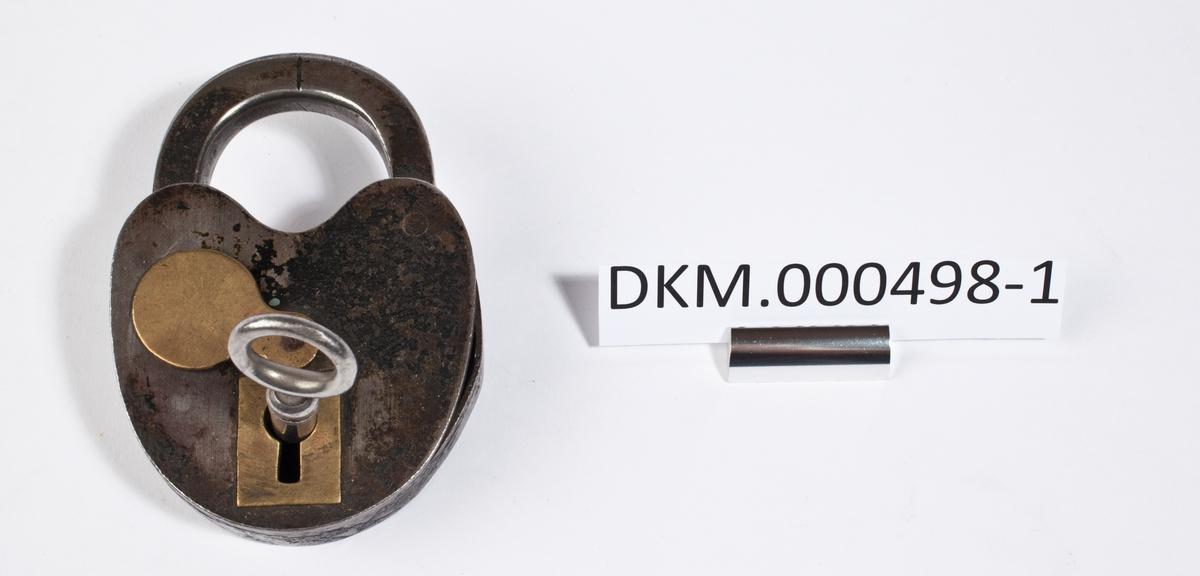 Hengelås med ovalt låsehus som er innsvingt øverst under bøylen. Låsen har tilhørende nøkkel og klaff til å dekke nøkkelhullet.