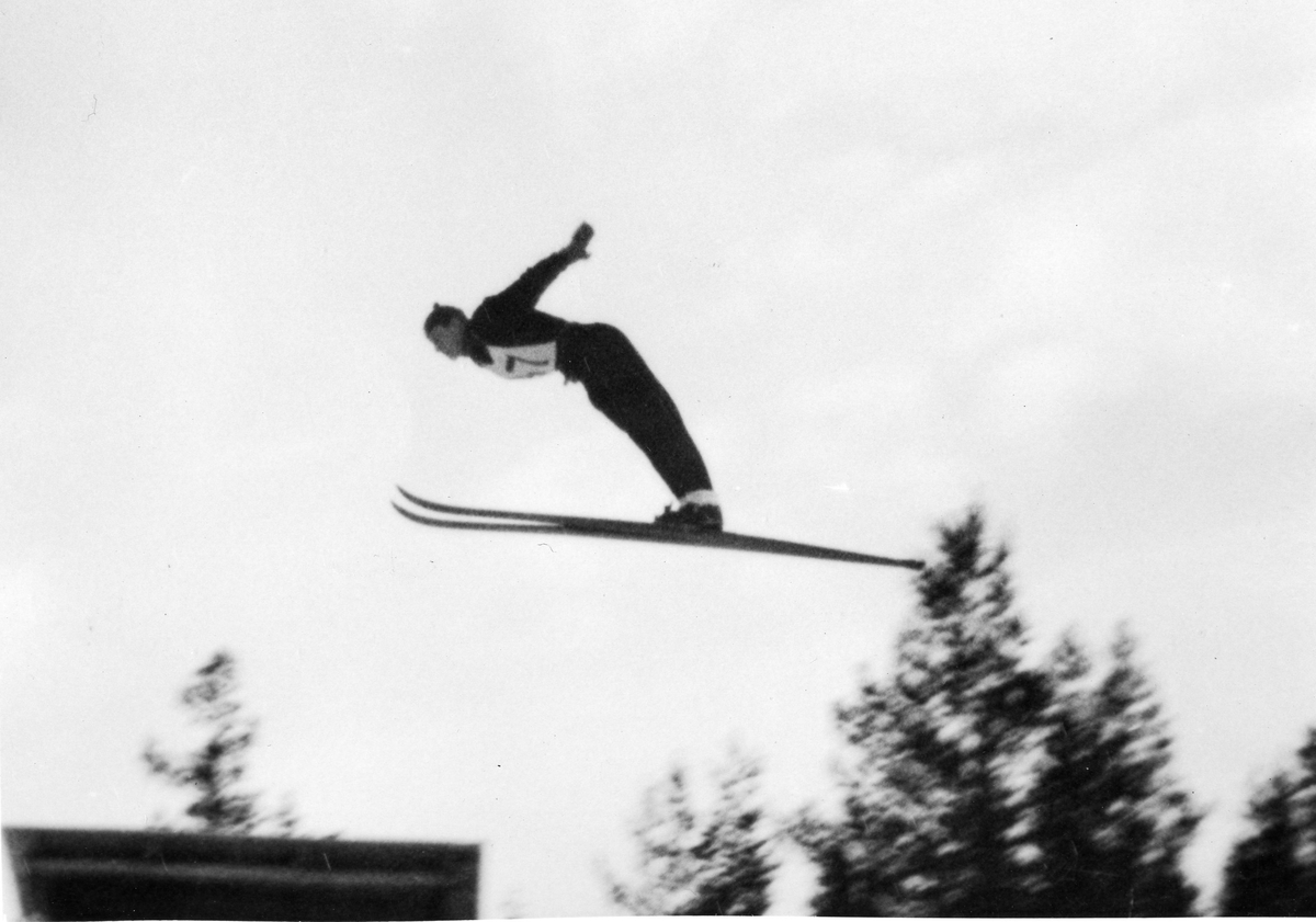 Petter Hugsted i svevet. The Kongsberg ski jumper Petter Hugsted in action.