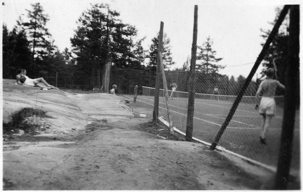 The tennis court at the Ruudhytta cabin.